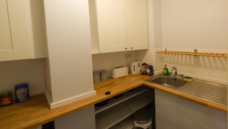 Kitchen facilitites at Romsey Road Serviced Apartment - Citybase Apartments