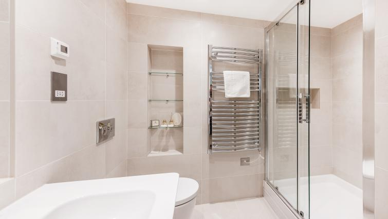 Bathroom at BE: Drury Lane Apartments - Citybase Apartments