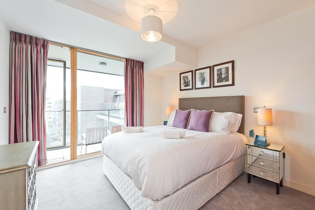 Spacious bedroom at Riverside Quay Apartments - Citybase Apartments