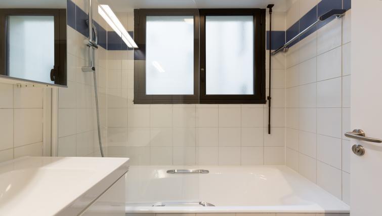 Bath tub at Lunes Apartments - Citybase Apartments