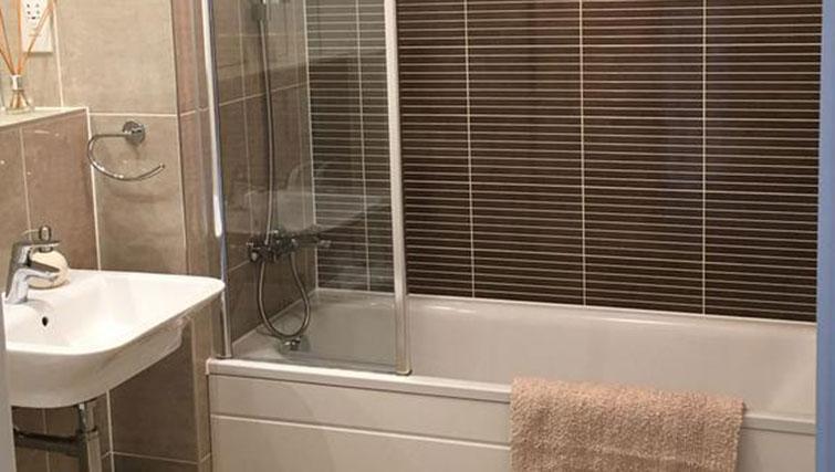 Bath at Wain Close Apartment - Citybase Apartments