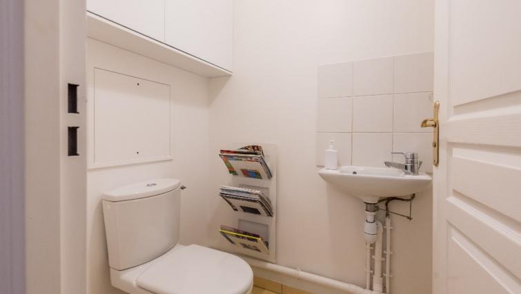 Toilet at Falguiere Apartment - Citybase Apartments