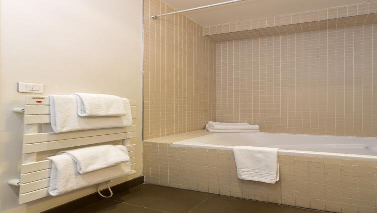 Large bath at Drouots Apartments - Citybase Apartments