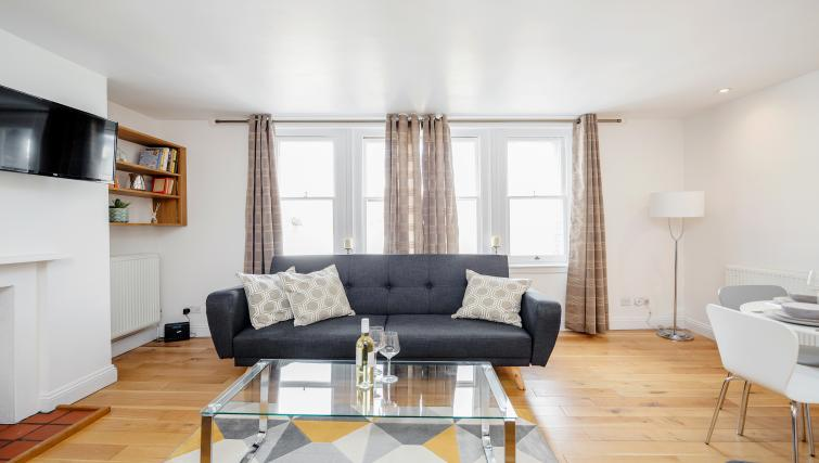 Living room at Great Mayfair Apartment - Citybase Apartments