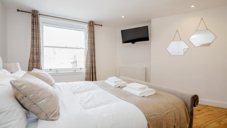 Double bed at Great Mayfair Apartment - Citybase Apartments