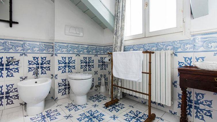 Toilet at Fieno Apartment - Citybase Apartments