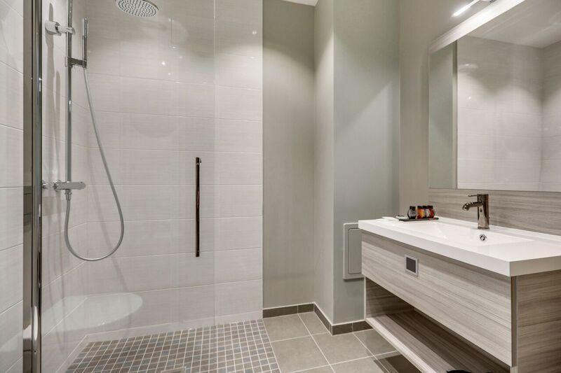 Shower at Mode Arc De Triomphe Apartments - Citybase Apartments
