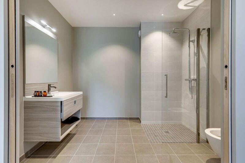 Bathroom at Mode Arc De Triomphe Apartments - Citybase Apartments