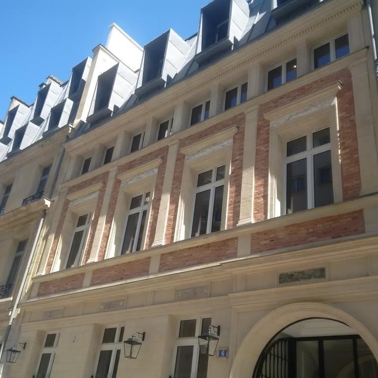 Windows of Mode Arc De Triomphe Apartments - Citybase Apartments