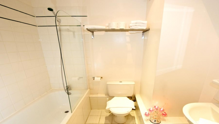 Simple bathroom in Staycity  Paris Gare de L'Est - Citybase Apartments