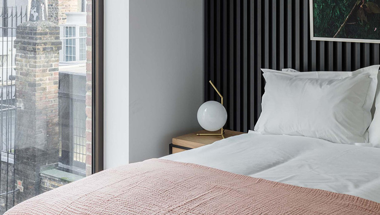 Modern bedroom at Saco The Moorgate Apartments - Citybase Apartments