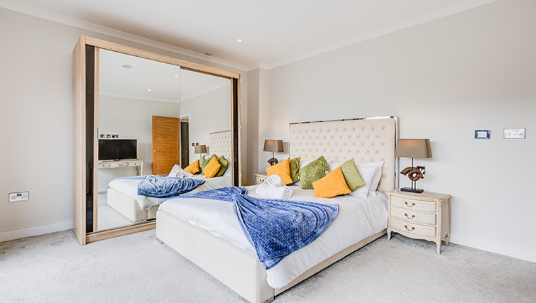 Spacious bedroom at Concord House - Citybase Apartments