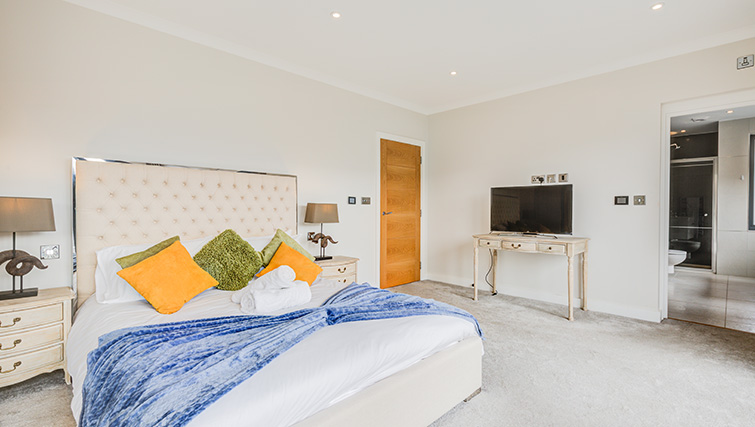 Large bedroom at Concord House - Citybase Apartments