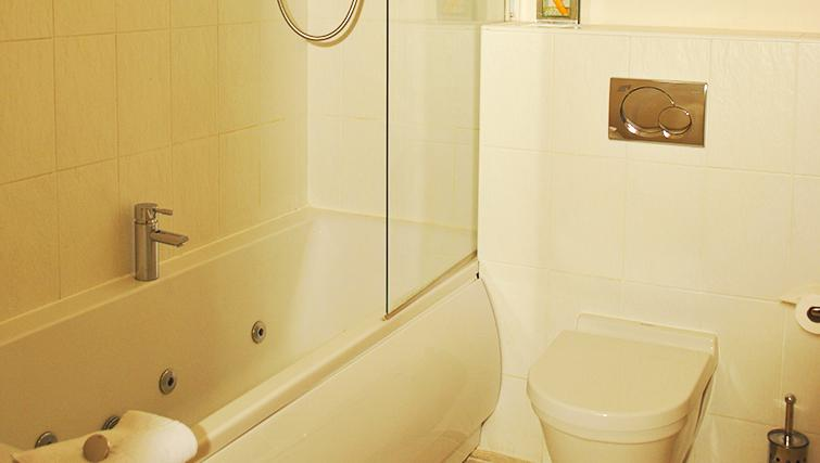 Clean bathroom in Deansgate Apartments - Citybase Apartments