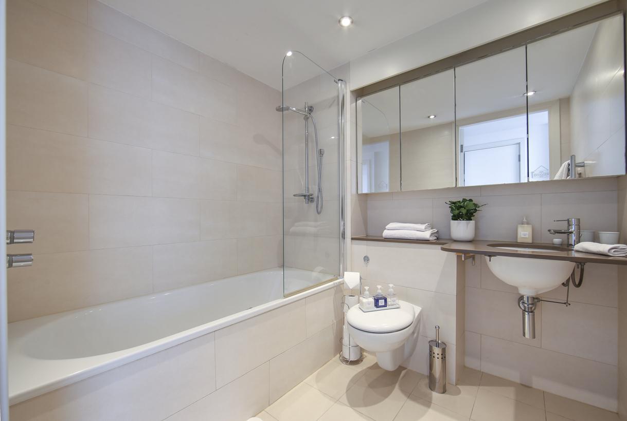 Bath at Oxygen Apartments - Citybase Apartments