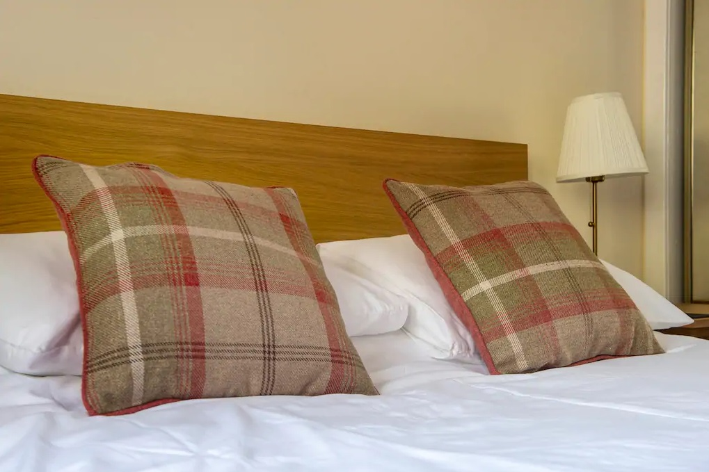 Double bed at Castle Wynd South Apartment - Citybase Apartments