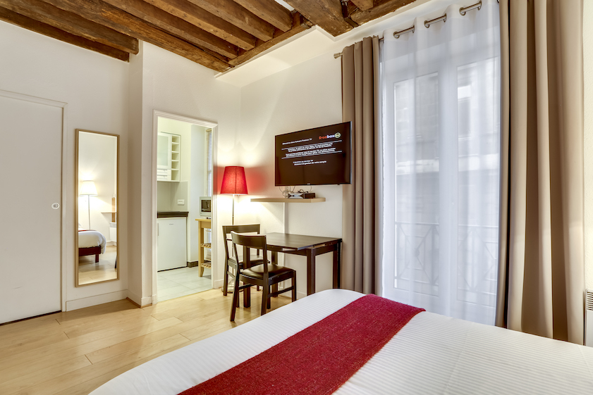 Cosy bedroom at Rue Marsollier Apartment - Citybase Apartments