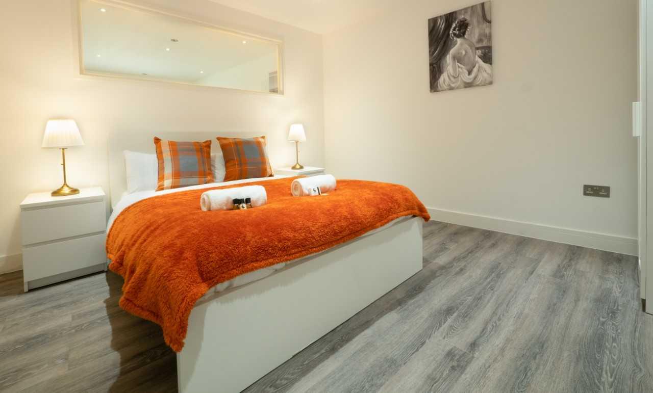 Large bedroom at Kings Lodge Apartments - Citybase Apartments