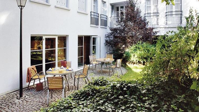 Picturesque gardens in Adagio Paris Montmartre - Citybase Apartments