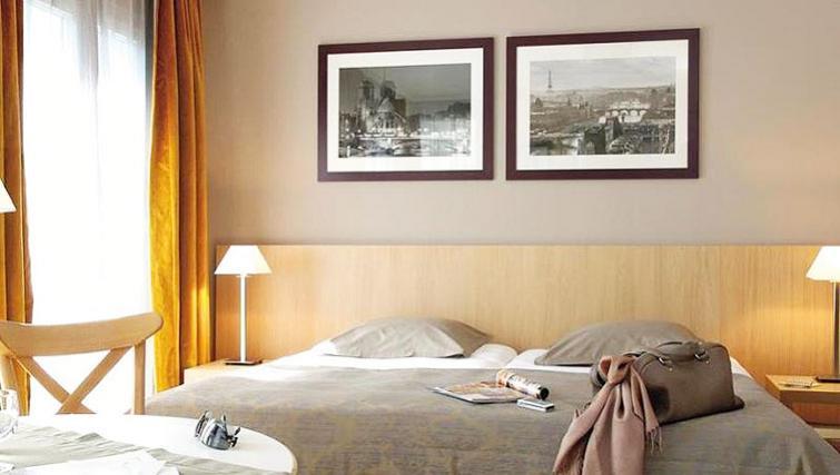 Comfortable bedroom in Adagio Paris Montmartre - Citybase Apartments