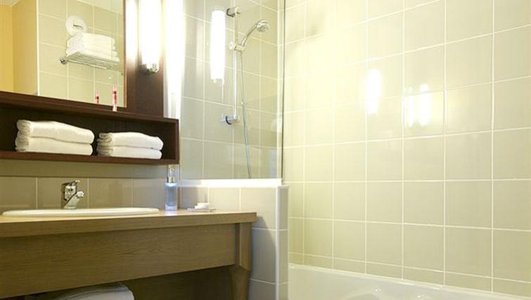 Modern bathroom in Adagio Paris Montmartre - Citybase Apartments