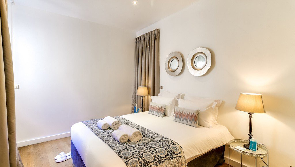 Double bed at Montaigne Apartments - Citybase Apartments