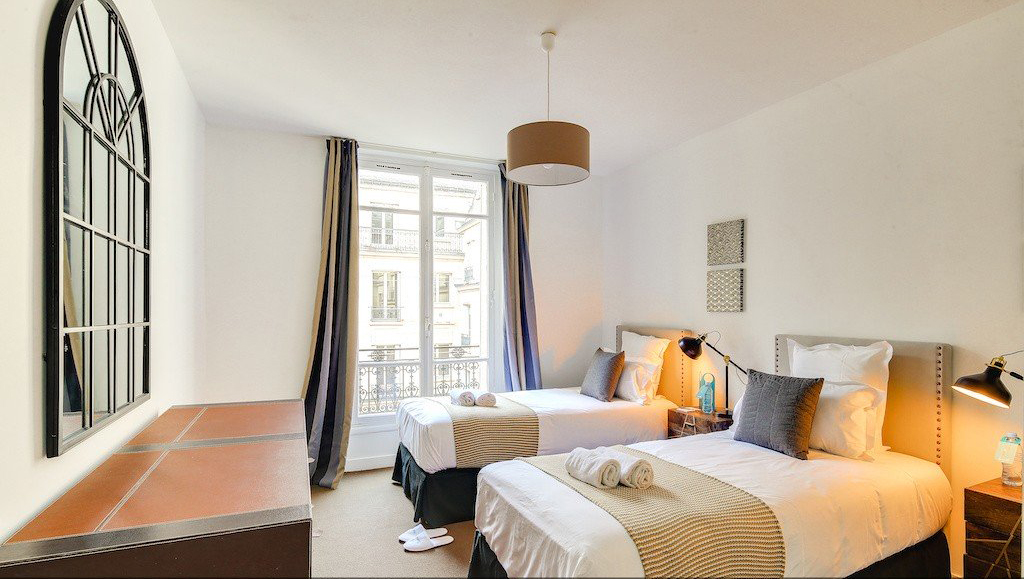 Twin beds at Montaigne Apartments - Citybase Apartments