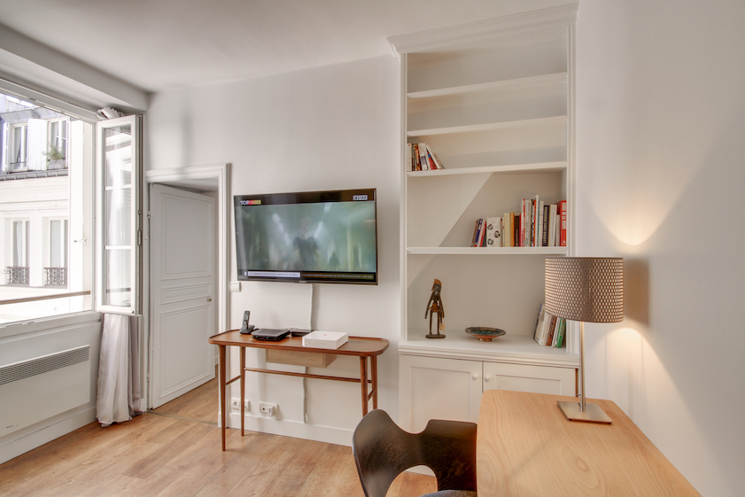 Double bed at Rue Jean-Jacques Rousseau Apartment - Citybase Apartments