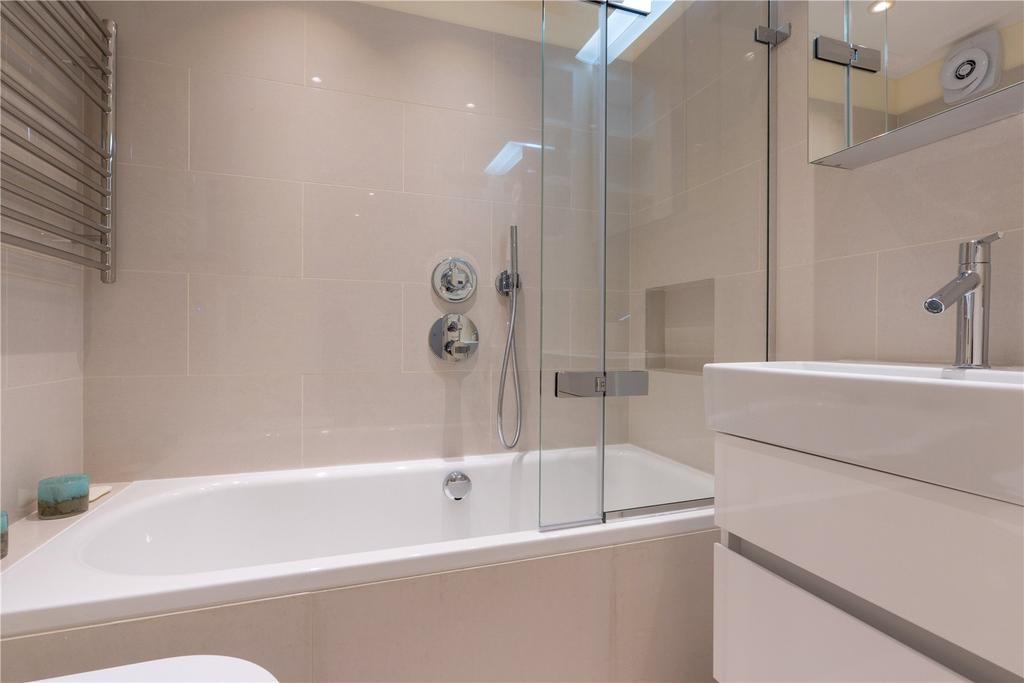 Bathroom at St. Petersburgh Mews House - Citybase Apartments
