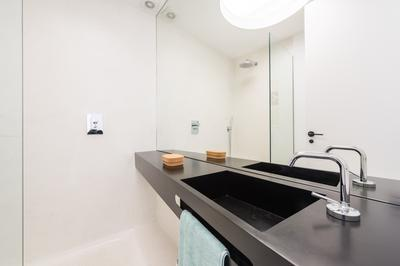Modern bathroom at Delicias Apartment - Citybase Apartments