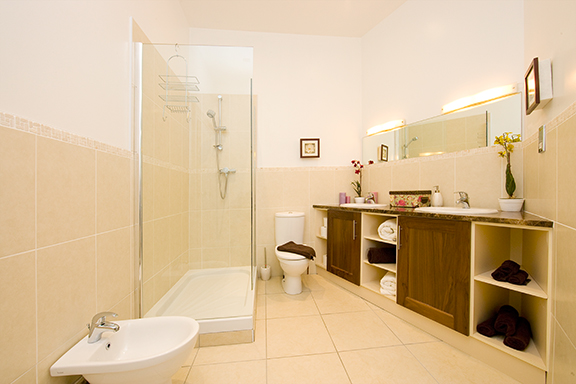 Spacious bathroom at Tyrconnell Road Apartments - Citybase Apartments