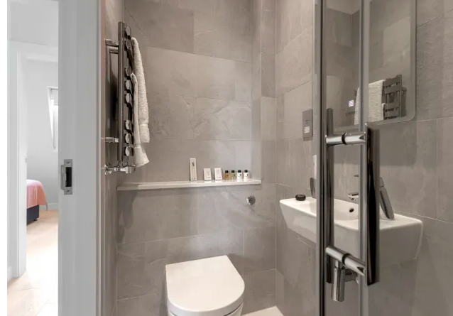 Modern bathroom ay Kensington High Street Serviced Apartments - Citybase Apartments