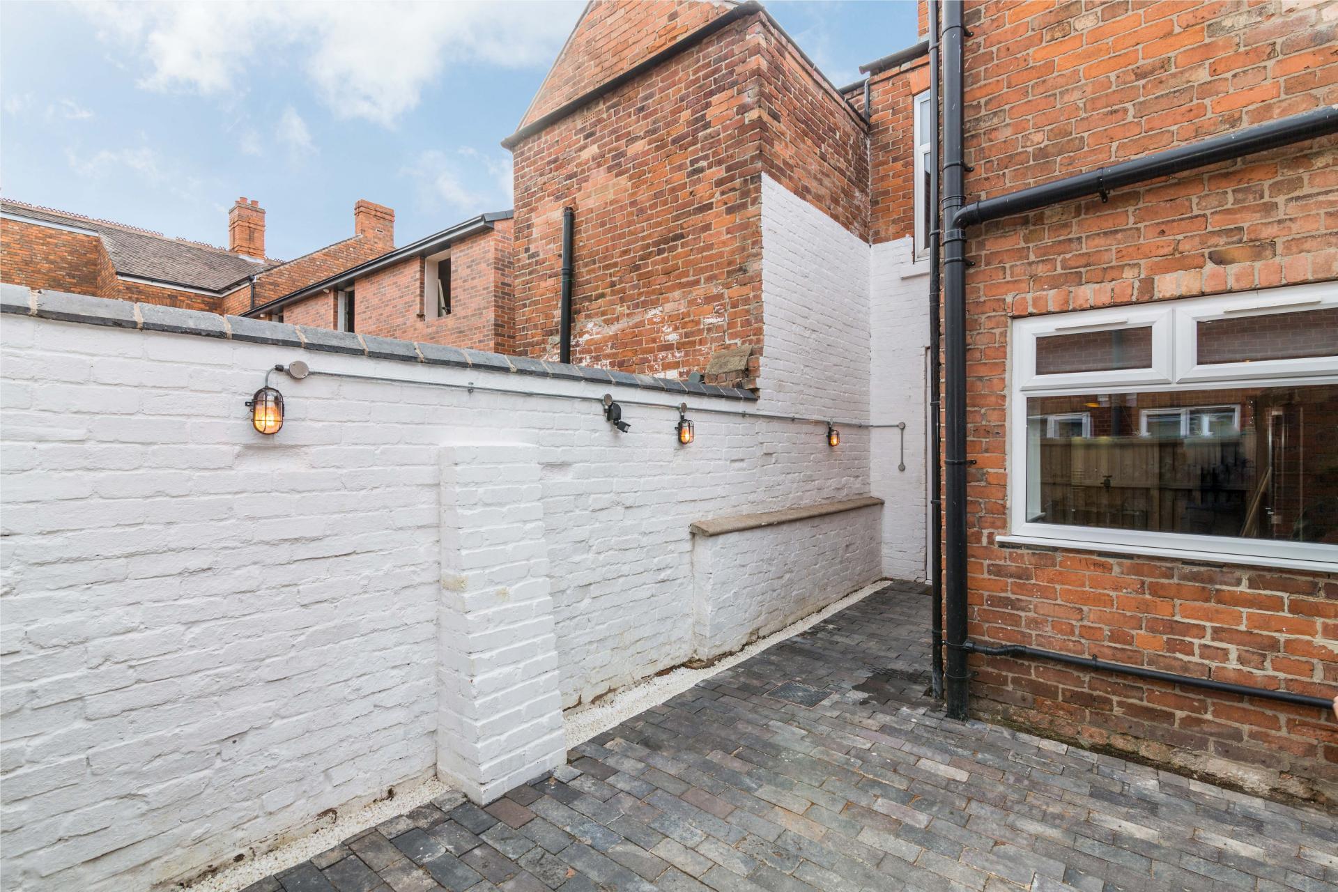 White wall at Salisbury Street House - Citybase Apartments
