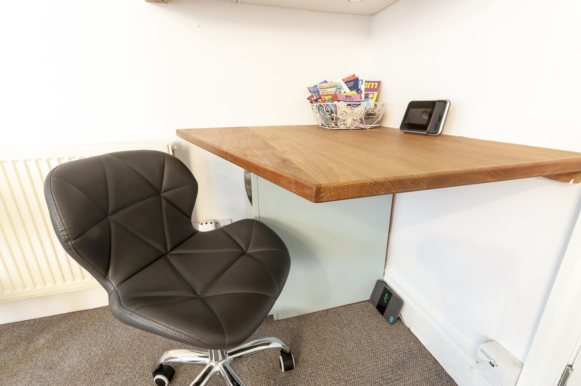 Desk at Old Lodge - Citybase Apartments