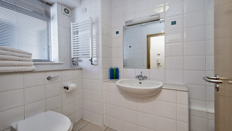 Attractive bathroom in 6-8 St Christophers Place Apartments - Citybase Apartments