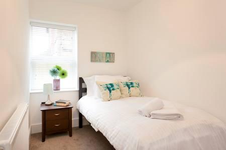 Single bedroom at Bowling Green Apartments - Citybase Apartments