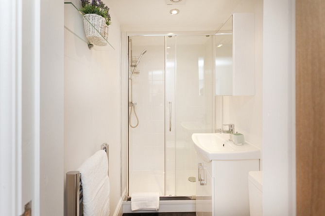 Shower room at Bowling Green Apartments - Citybase Apartments