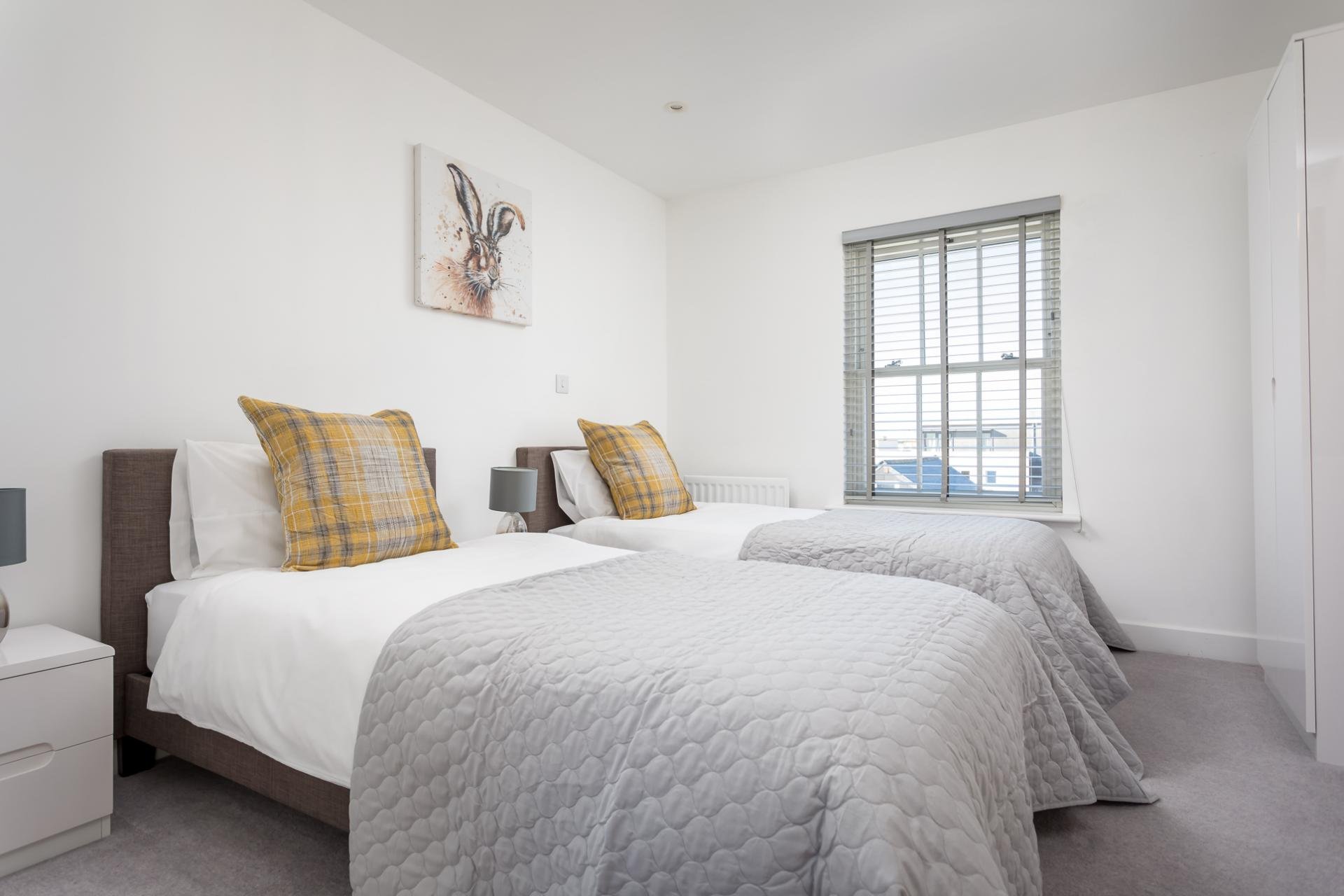 Twin beds at Prince Regent Mews Apartment - Citybase Apartments