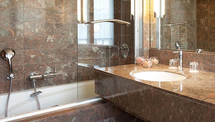 Stylish bathroom at Residence Du Roy Apartments - Citybase Apartments