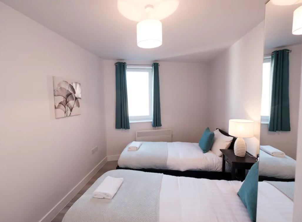 Twin beds at Barall Court Apartments - Citybase Apartments