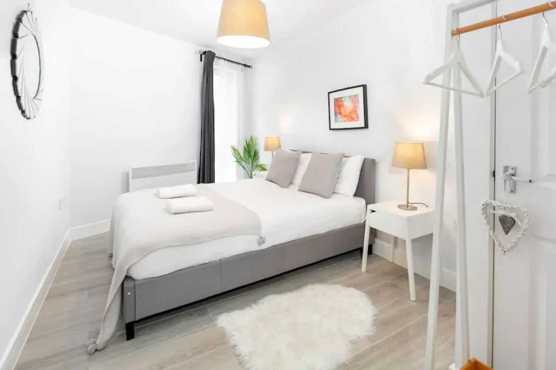Bright bedroom at Barall Court Apartments - Citybase Apartments