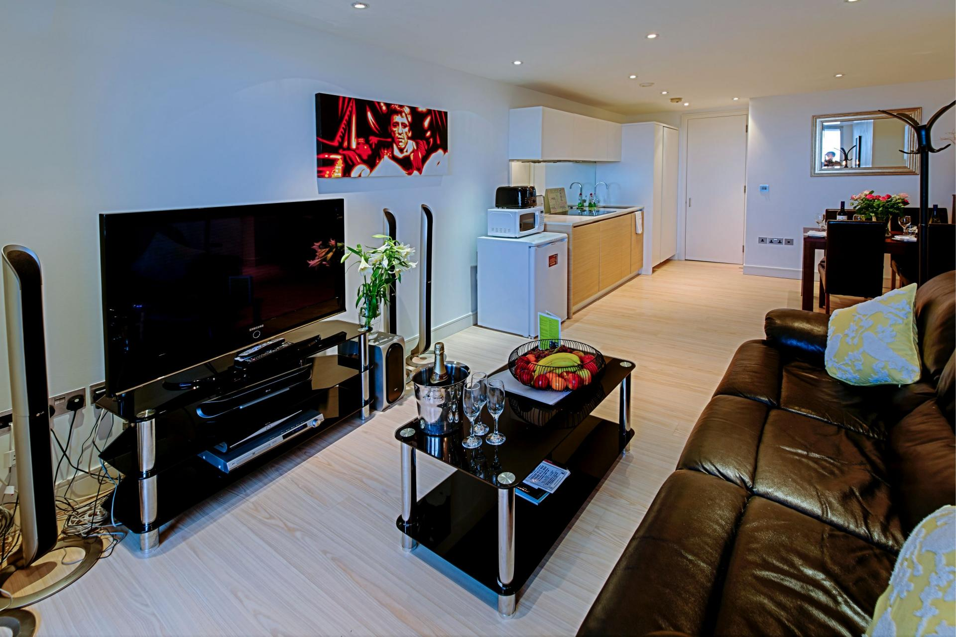 TV at Gunwharf Quays Serviced ApartmentsLoun - Citybase Apartments