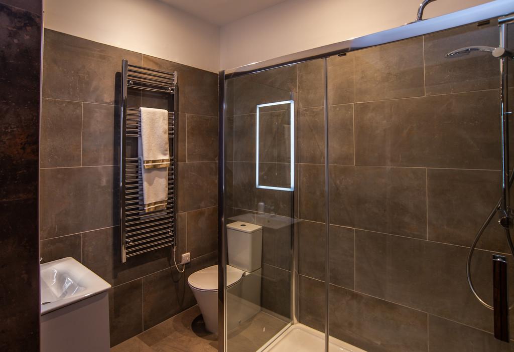 Spacious bathroom at Juniper Court Apartments - Citybase Apartments