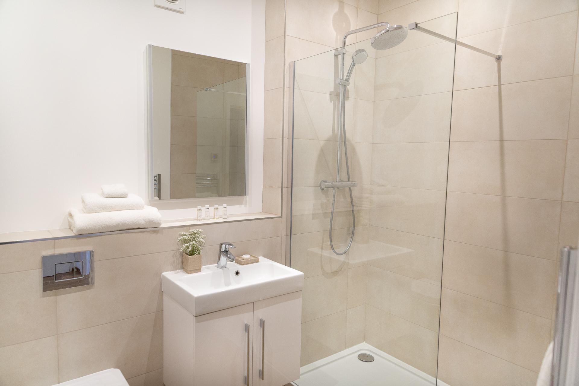 Shower at Franklin House Apartments, King's Hedges, Cambridge - Citybase Apartments