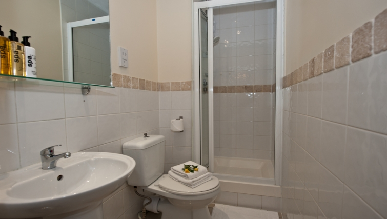 Modern bathroom in High Street Kensington Apartments - Citybase Apartments