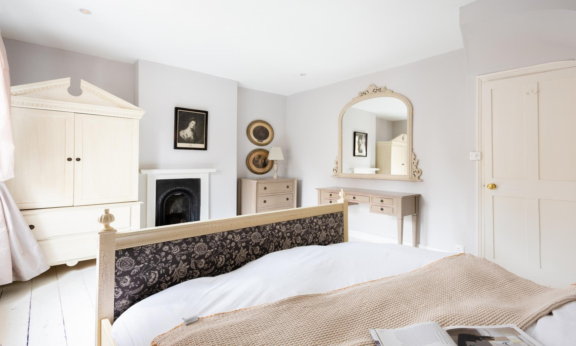 Bedroom at The Writer's Townhouse, Centre, Oxford - Citybase Apartments