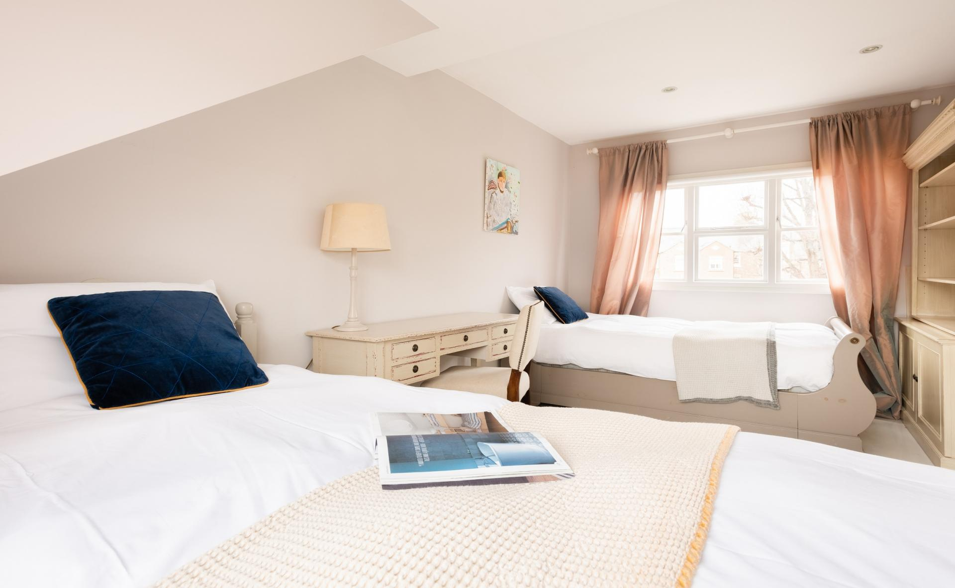 Twin beds at The Writer's Townhouse, Centre, Oxford - Citybase Apartments