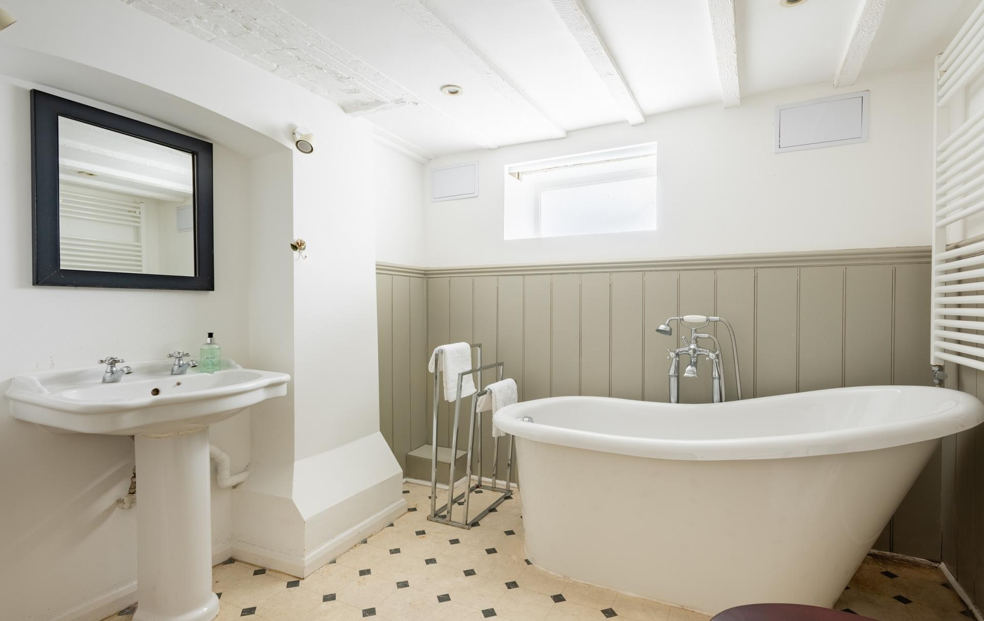 Bathroom at The Writer's Townhouse, Centre, Oxford - Citybase Apartments