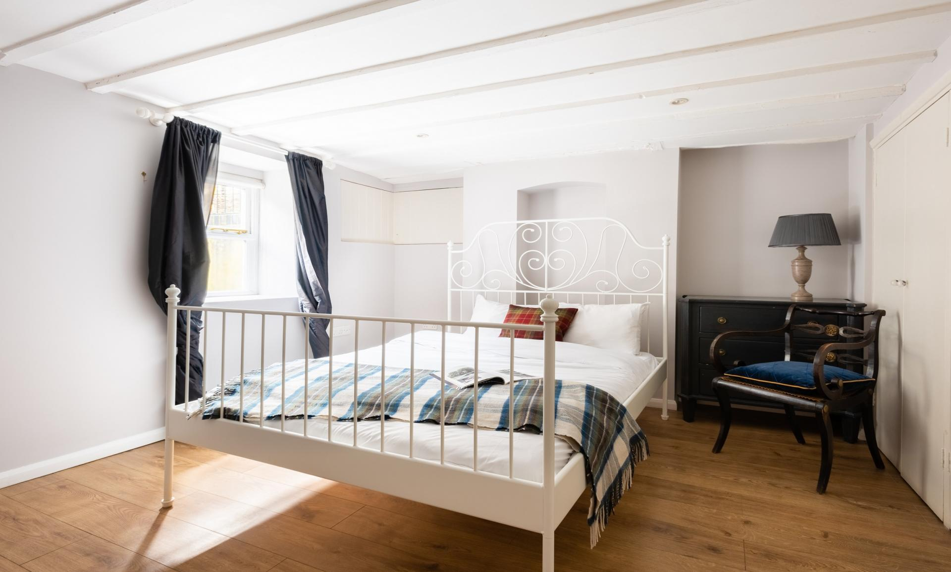 Spacious bedroom at The Writer's Townhouse, Centre, Oxford - Citybase Apartments
