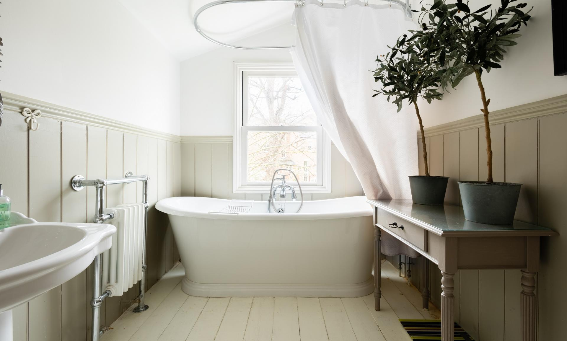 Bath at The Writer's Townhouse, Centre, Oxford - Citybase Apartments